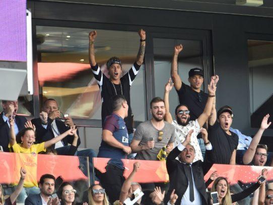 El PSG 'brinda' a Neymar la victoria frente al Amiens (2-0)