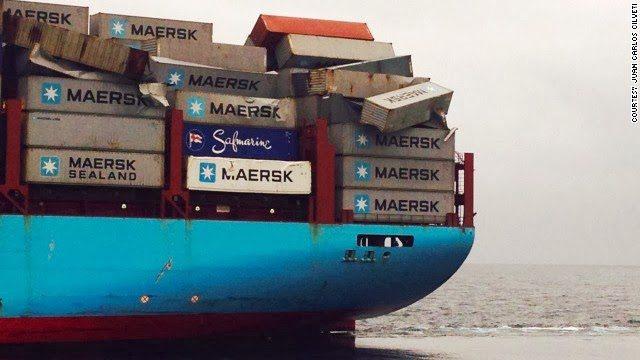 Oportunistas se zambullen para saquear contenedores caídos de un buque en Brasil