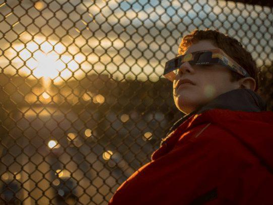 Cómo ver el eclipse sin dañarte irreparablemente la vista