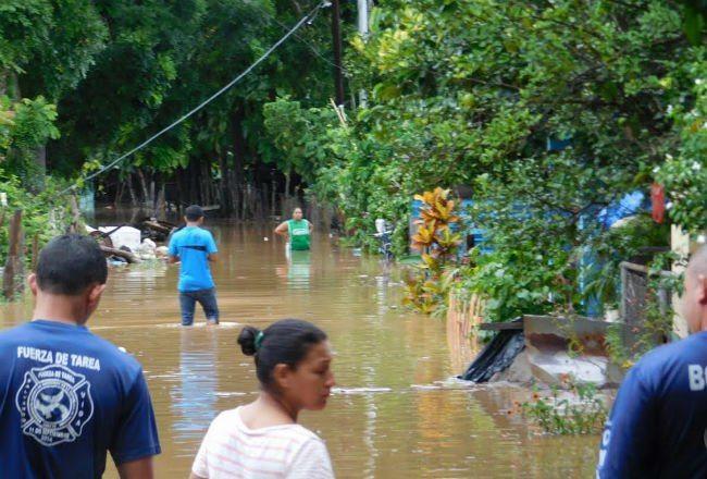 Afectadas por las inundaciones en Los Santos reciben asistencia humanitaria