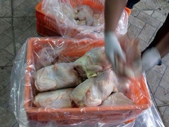 Decomisan pollos importados que eran vendidos como frescos