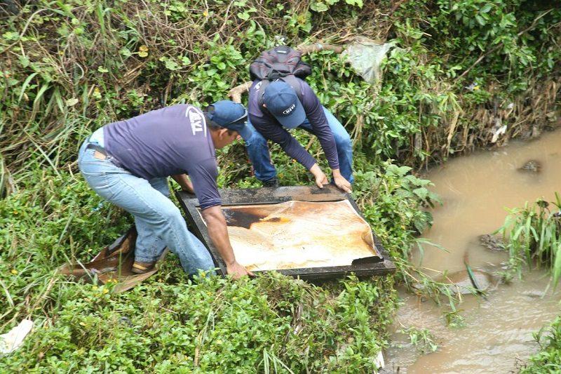 Realizan jornada de limpieza en Don Bosco, un plasma obstruía uno de los desagües