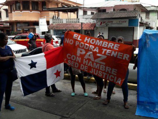 Usuarios molestos protestan por malas condiciones del hospital Manuel Amador G.