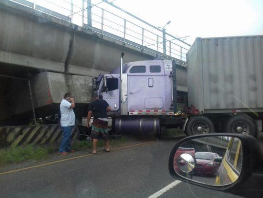 Camión choca estructura del Metro y  paraliza el tráfico en San Isidro