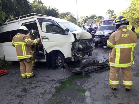 Accidente de tránsito entre camioneta y busito coster deja 19 heridos en Coclé