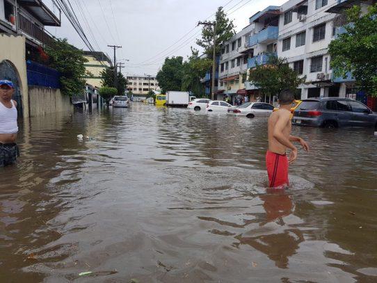Septiembre se despide con lluvias, alcantarillados obstruidos, calles anegadas y caos vehicular