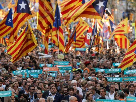 Independentistas catalanes preparan respuesta a la intervención de Rajoy