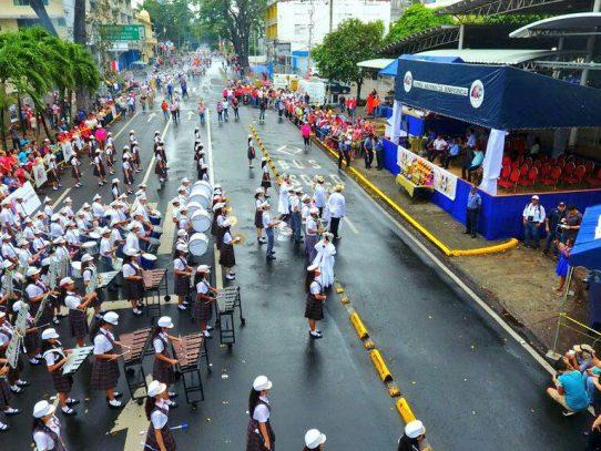 Avanza desfile de colegios en el XXI encuentro de Bandas Estudiantiles