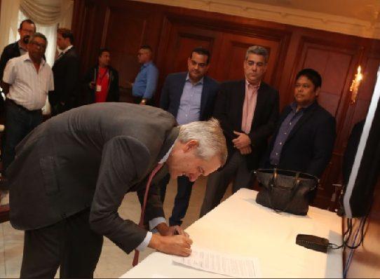 Gobierno y trabajadores del IDAAN firman acuerdo