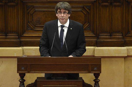 """Puigdemont asume """"mandato"""" independentista pero pide suspenderlo para dialogar"""