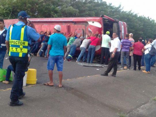 Vuelco de autobús en la Vía Interamericana en Coclé deja 8 heridos