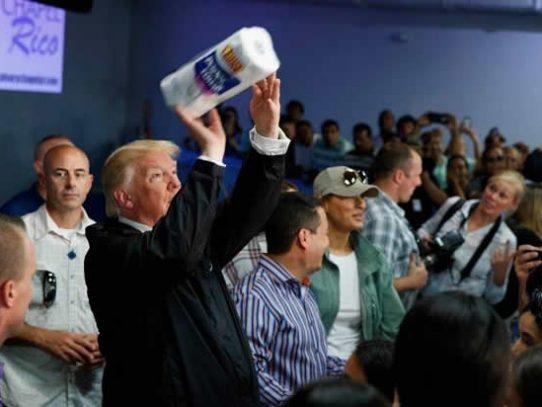 Trump tiró papel higiénico a damnificados en Puerto Rico