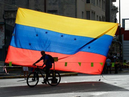 AsfAixiada por la crisis y sanciones de EEUU, Venezuela busca reestructurar su deuda