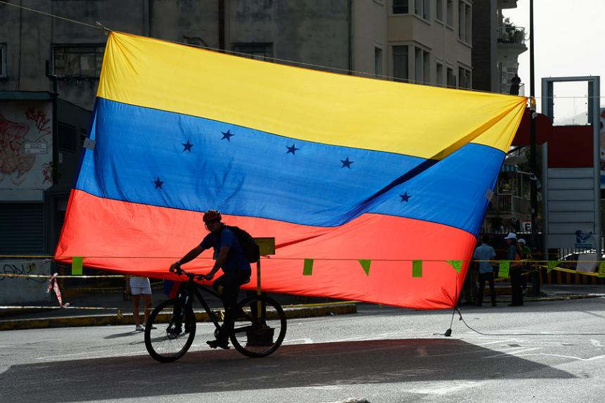 Fitch rebaja calificación de deuda de Venezuela por posible default