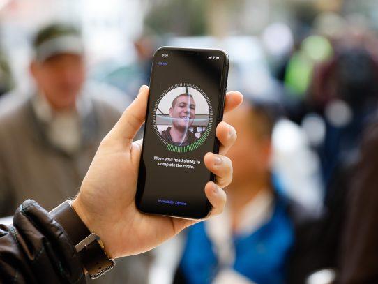 Largas colas para comprar el costoso iPhone X en su salida mundial