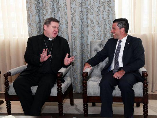 Nuevo nuncio apostólico Miroslaw Adamczyk entrega copias de credenciales