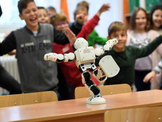 """La policía húngara usa un mini """"Robocop"""" para hablar de ciberseguridad"""