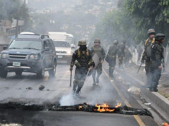 Opositores hondureños bloquean vías tras atribución de elección a Hernández