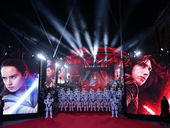 """""""Star Wars: Los últimos Jedi"""" recauda USD 450 millones en estreno mundial"""