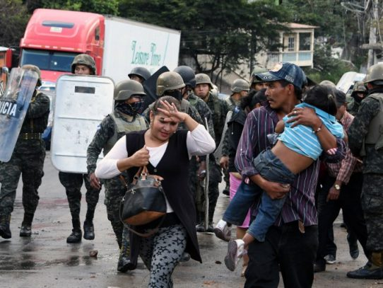 El presidente hondureño llama a opositores al diálogo mientras ceden protestas