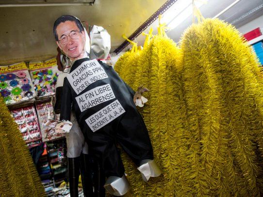Piñatas de Kuczynski y Fujimori serán quemadas en año nuevo en Perú