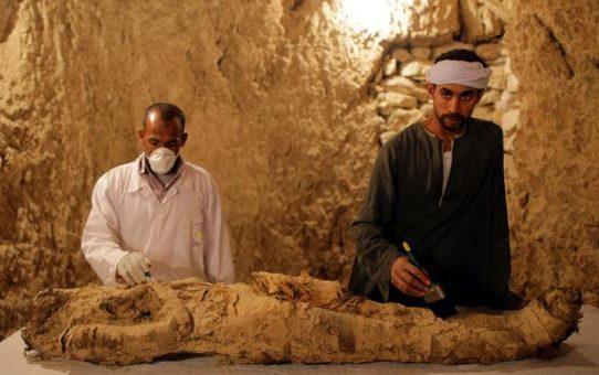 Arqueólogos egipcios descubren una momia en Luxor