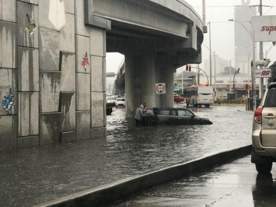 Lluvias provocan inundaciones en varios puntos de la capital y Colón