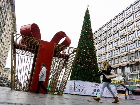 Un árbol de Navidad de 83.000 euros suscita indignación en Belgrado