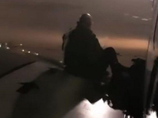 Un pasajero de Ryanair en un ala del avión cansado de esperar para salir