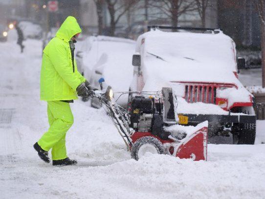 """Un """"ciclón bomba"""" azota el este de EEUU con nieve, hielo y frío"""