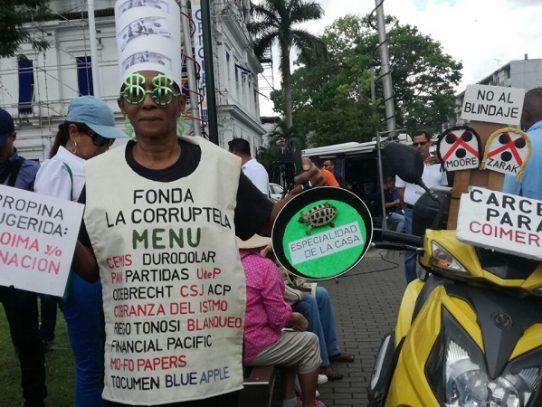 Panameños protestan frente de la Procuraduría para exigir lista de Odebrecht