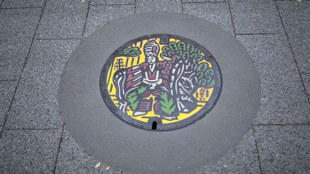 En Japón, las tapas de alcantarilla se convierten en obras de arte