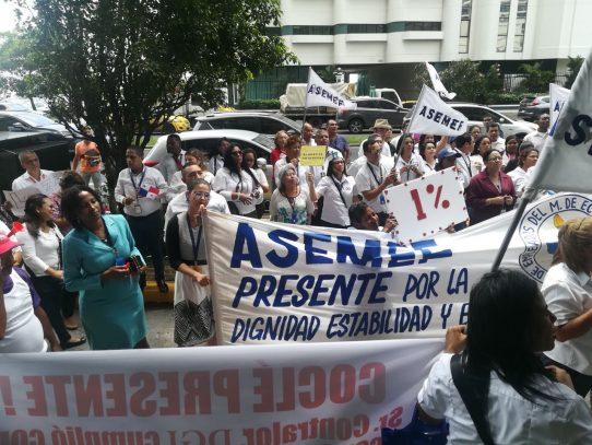 Funcionarios de la AMP protestan en la Contraloría por aguinaldo adeudado