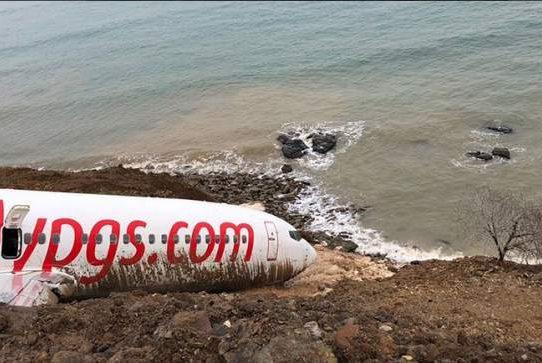 Un avión se sale de pista en Turquía y casi cae al agua