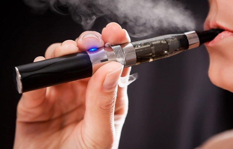 Cigarro electrónico podría aumentar riesgos de cáncer y males cardíacos