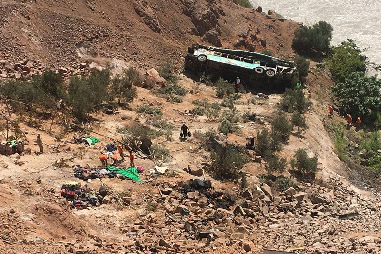 Siete muertos, seis niños entre ellos, al caer camioneta a abismo en ruta de Perú