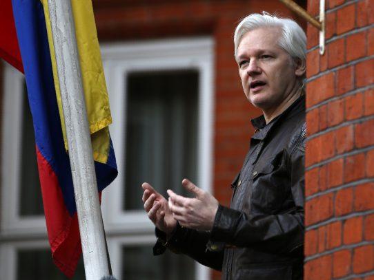 Corte británica decide si levantar orden de arresto de Assange