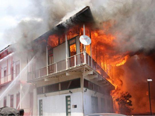 Voraz incendio consume varios caserones en San Felipe