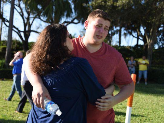 Un nuevo tiroteo enluta a EU: 17 muertos en una escuela de Florida