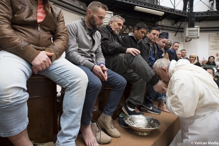 El Papa lava los pies de presos no católicos