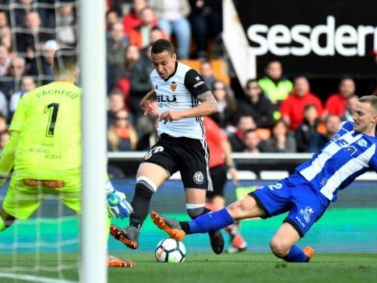 Valencia gana al Alavés y desplaza al Real Madrid del tercer puesto