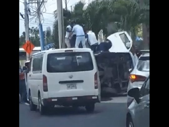 Busito pirata se vuelca en la avenida Domingo Díaz