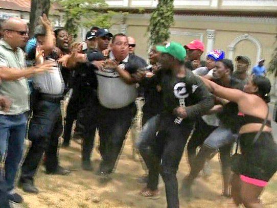 Manifestantes empujan a Omar Pinzón en protestas contra el gobierno