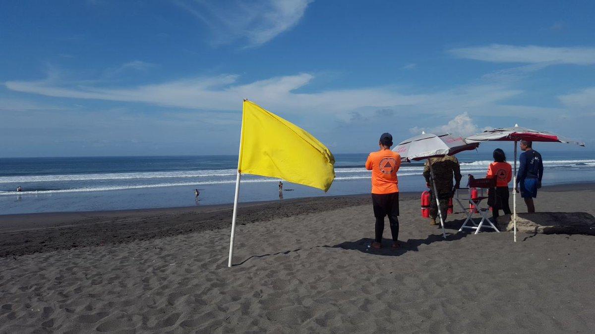 Colocan bandera amarilla en varias playas por fuertes oleajes