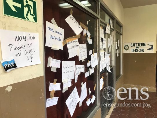 Estudiantes pegan papeles en cafetería de la UP para exigir mejor menú