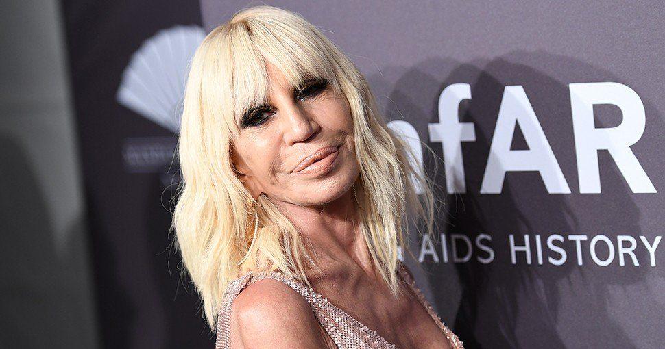 Donatella Versace afirma que la marca dejará de utilizar pieles en sus creaciones