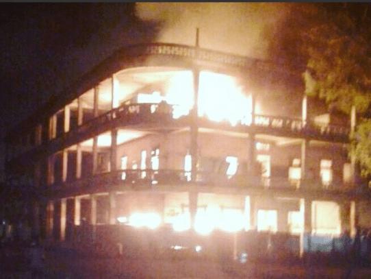 Un incendio, cierres de calles y saqueo empañan previa a huelga en Colón