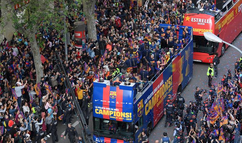 Barcelona celebra su doblete de Liga y Copa empañado por la caída de Roma