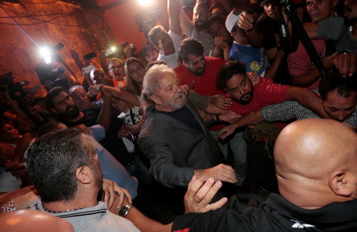 Lula se entregó a la policía para purgar una pena de cárcel
