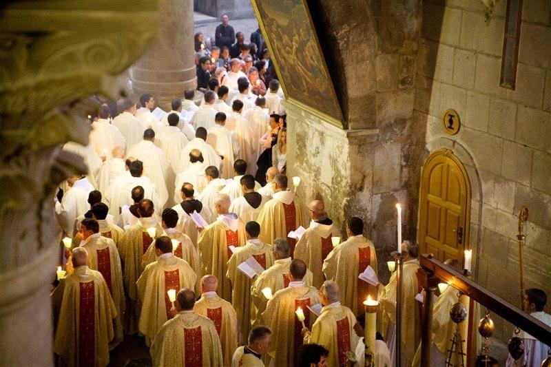 Los cristianos celebran la resurrección de Cristo en el Santo Sepulcro en Jerusalén